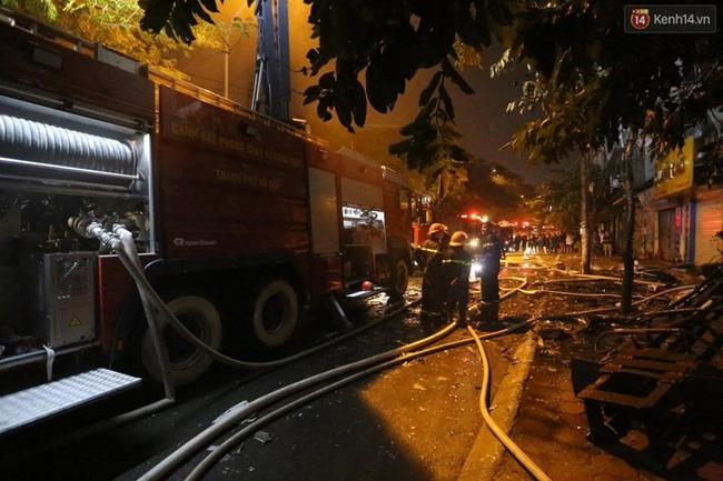 Các cô gái trẻ hốt hoảng tháo chạy khỏi quán karaoke đang cháy dữ dội ở Hà Nội - Ảnh 5.