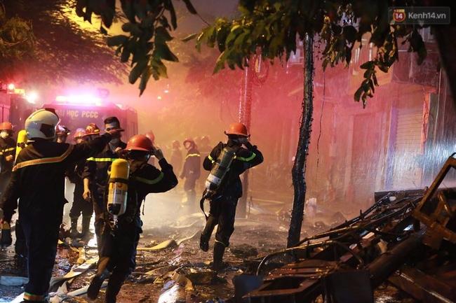Các cô gái trẻ hốt hoảng tháo chạy khỏi quán karaoke đang cháy dữ dội ở Hà Nội - Ảnh 7.
