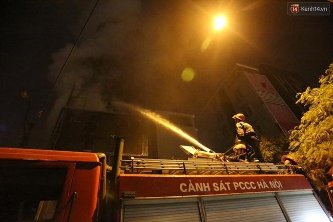 Các cô gái trẻ hốt hoảng tháo chạy khỏi quán karaoke đang cháy dữ dội ở Hà Nội - Ảnh 9.