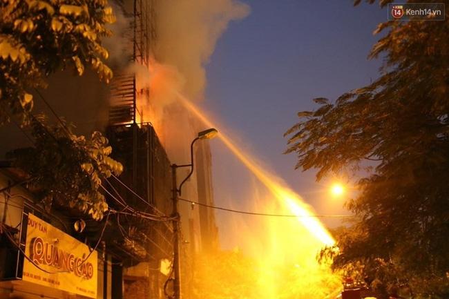 Các cô gái trẻ hốt hoảng tháo chạy khỏi quán karaoke đang cháy dữ dội ở Hà Nội - Ảnh 10.