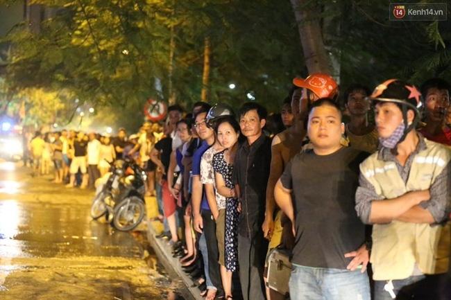 Các cô gái trẻ hốt hoảng tháo chạy khỏi quán karaoke đang cháy dữ dội ở Hà Nội - Ảnh 12.