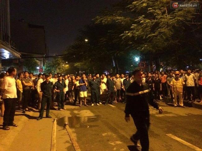 Các cô gái trẻ hốt hoảng tháo chạy khỏi quán karaoke đang cháy dữ dội ở Hà Nội - Ảnh 13.