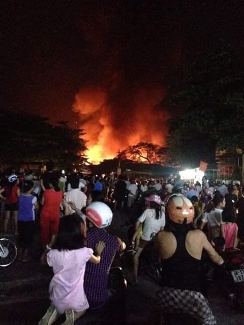 Chợ huyện Hương Khê đang cháy lớn - ảnh 1