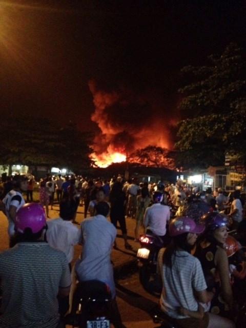 Chợ huyện Hương Khê đang cháy lớn - ảnh 2