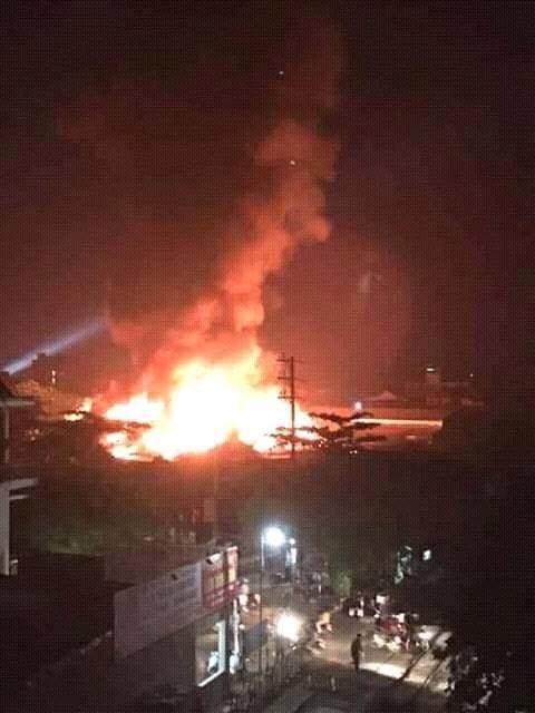 Chợ huyện Hương Khê đang cháy lớn - ảnh 7