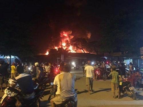 Chợ huyện Hương Khê đang cháy lớn - ảnh 8
