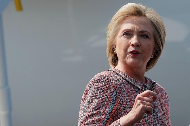 Donald Trump doi tuoc sung cua doi bao ve Hillary Clinton hinh anh 2