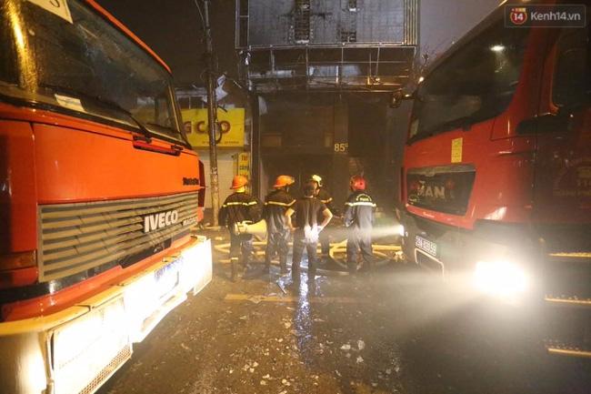 Hà Nội: Đang cháy lớn tại quán karaoke ở Nguyễn Khang, điều xe vòi rồng đến dập lửa - Ảnh 1.