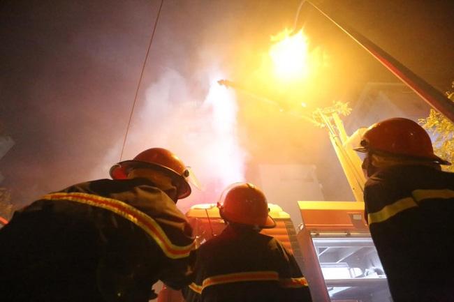 Hà Nội: Đang cháy lớn tại quán karaoke ở Nguyễn Khang, điều xe vòi rồng đến dập lửa - Ảnh 2.