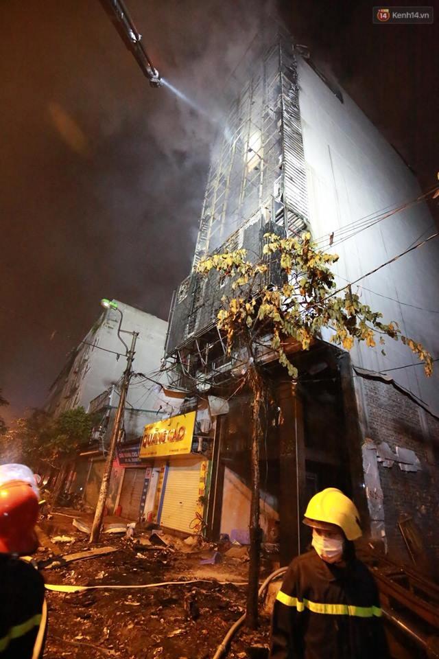 Hà Nội: Đang cháy lớn tại quán karaoke ở Nguyễn Khang, điều xe vòi rồng đến dập lửa - Ảnh 3.