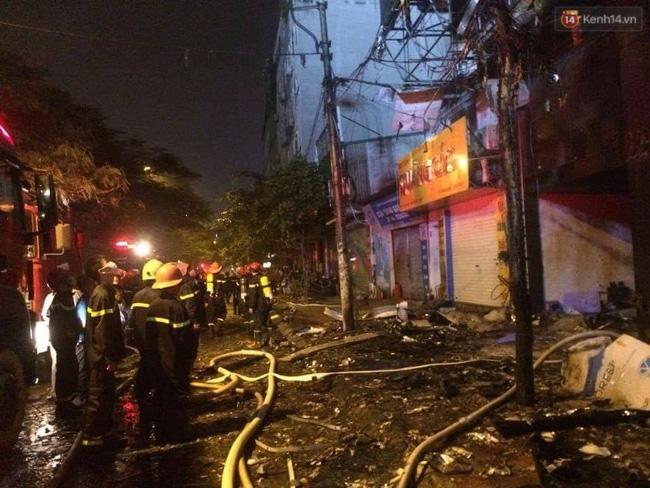 Hà Nội: Đang cháy lớn tại quán karaoke ở Nguyễn Khang, điều xe vòi rồng đến dập lửa - Ảnh 5.