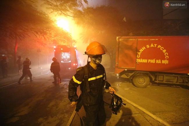 Hà Nội: Đang cháy lớn tại quán karaoke ở Nguyễn Khang, điều xe vòi rồng đến dập lửa - Ảnh 8.