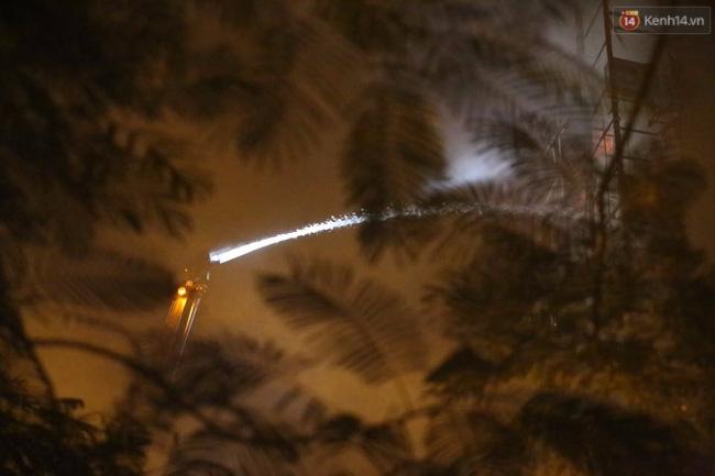 Hà Nội: Đang cháy lớn tại quán karaoke ở Nguyễn Khang, điều xe vòi rồng đến dập lửa - Ảnh 9.