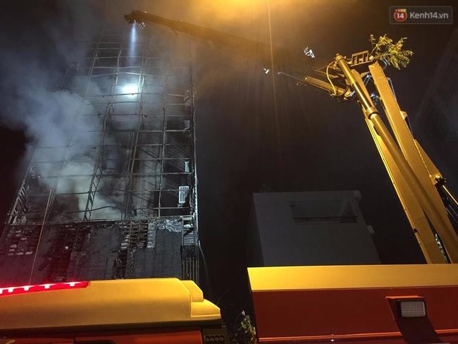 Hà Nội: Đang cháy lớn tại quán karaoke ở Nguyễn Khang, điều xe vòi rồng đến dập lửa - Ảnh 10.