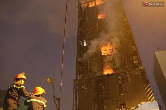 Hà Nội: Đang cháy lớn tại quán karaoke ở Nguyễn Khang, điều xe vòi rồng đến dập lửa - Ảnh 11.