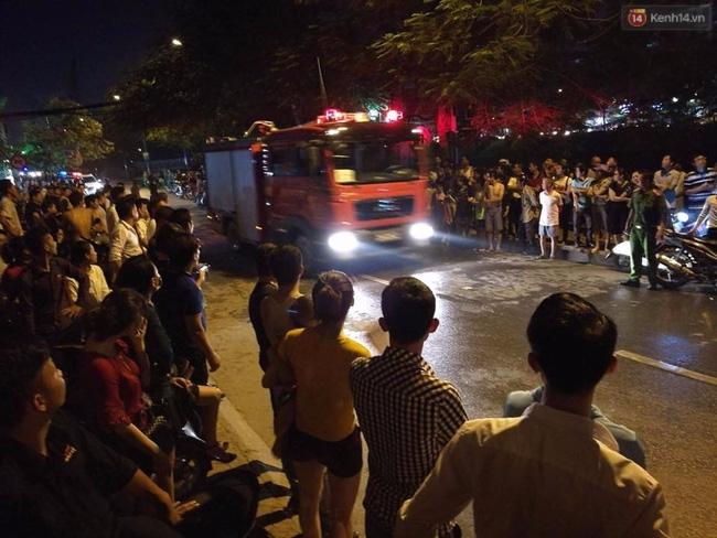 Hà Nội: Đang cháy lớn tại quán karaoke ở Nguyễn Khang, điều xe vòi rồng đến dập lửa - Ảnh 12.
