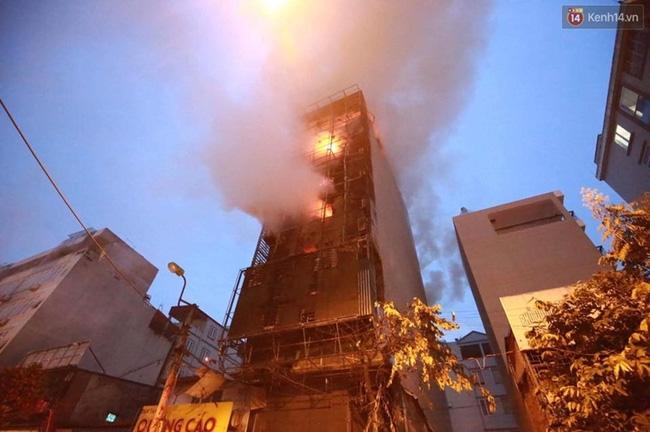 Hà Nội: Đang cháy lớn tại quán karaoke ở Nguyễn Khang, điều xe vòi rồng đến dập lửa - Ảnh 13.