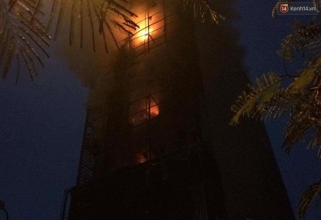 Hà Nội: Đang cháy lớn tại quán karaoke ở Nguyễn Khang, điều xe vòi rồng đến dập lửa - Ảnh 15.