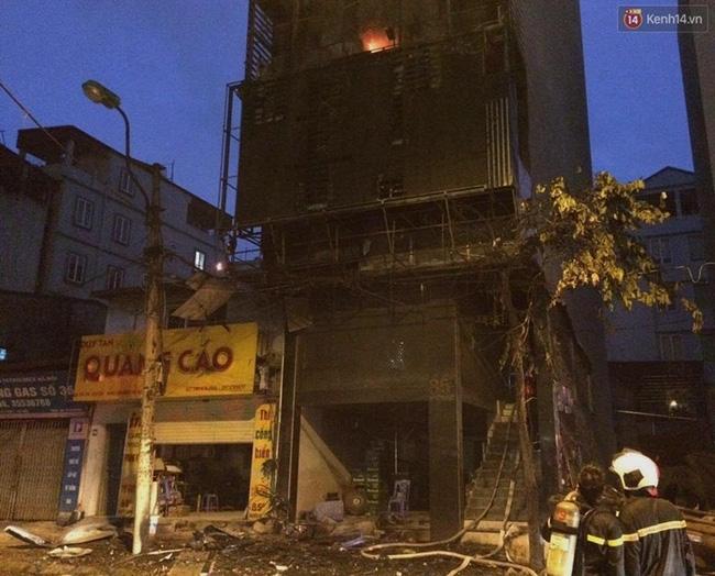 Hà Nội: Đang cháy lớn tại quán karaoke ở Nguyễn Khang, điều xe vòi rồng đến dập lửa - Ảnh 16.