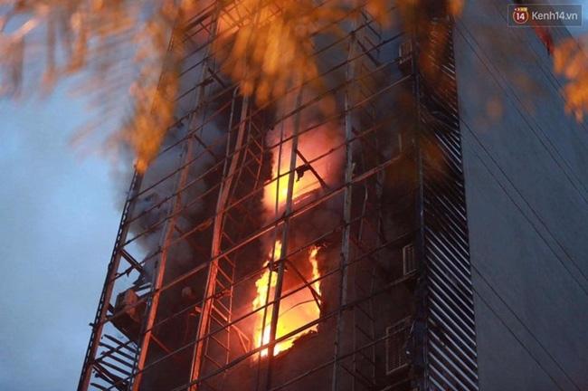 Hà Nội: Đang cháy lớn tại quán karaoke ở Nguyễn Khang, điều xe vòi rồng đến dập lửa - Ảnh 17.