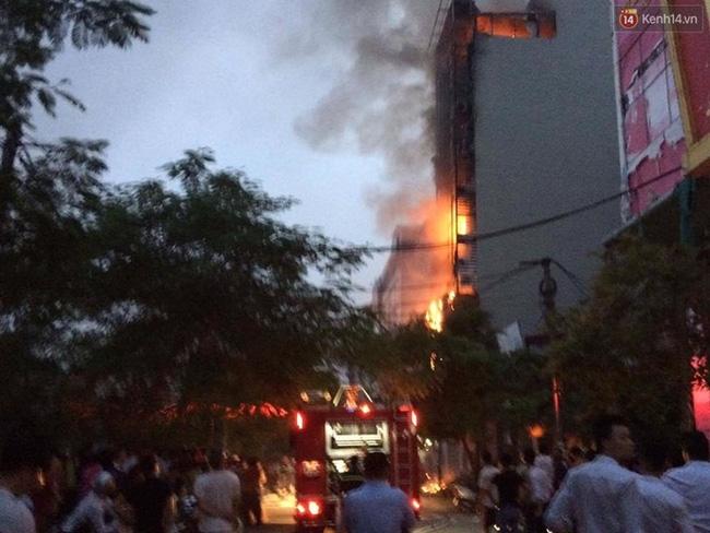 Hà Nội: Đang cháy lớn tại quán karaoke ở Nguyễn Khang, điều xe vòi rồng đến dập lửa - Ảnh 19.