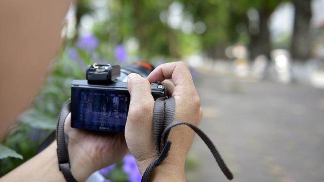 Nhiều bạn trẻ hay tin hàng cây sẽ không còn trong nay mai đã tranh thủ ghé qua chụp hình để lưu lại làm kỷ niệm.