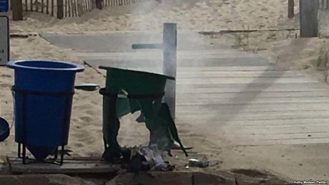 Quả bom được đặt trong thùng rác gần một lối đi bên bờ biển (Ảnh: VOA/Twitter)
