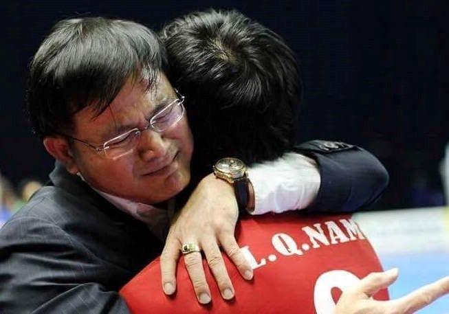 Trưởng đoàn futsal Việt Nam - ông Trần Anh Tú chia sẻ cảm giác xúc động, khó kìm nén cảm xúc khi Việt Nam chính thức giành vé vào vòng 1/8 FIFA futsal World Cup 2016.