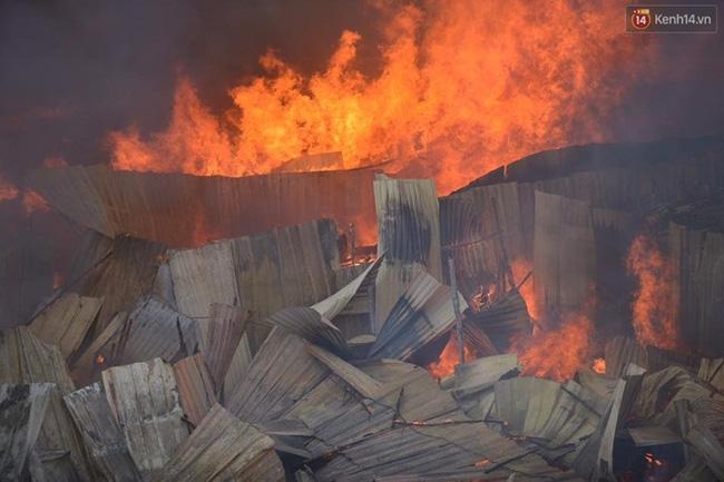 Hà Nội: Cháy lán trại của hàng trăm công nhân tại quận Hoàng Mai, lửa bùng lên dữ dội - Ảnh 2.