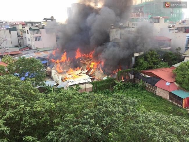 Hà Nội: Cháy lán trại của hàng trăm công nhân tại quận Hoàng Mai, lửa bùng lên dữ dội - Ảnh 4.