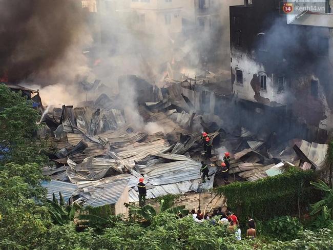 Hà Nội: Cháy lán trại của hàng trăm công nhân tại quận Hoàng Mai, lửa bùng lên dữ dội - Ảnh 5.