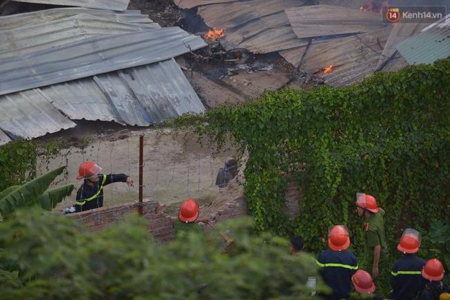 Hà Nội: Cháy lán trại của hàng trăm công nhân tại quận Hoàng Mai, lửa bùng lên dữ dội - Ảnh 6.