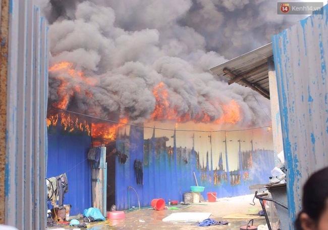 Hà Nội: Cháy lán trại của hàng trăm công nhân tại quận Hoàng Mai, lửa bùng lên dữ dội - Ảnh 8.