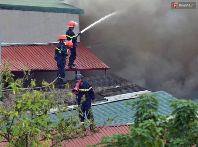 Hà Nội: Cháy lán trại của hàng trăm công nhân tại quận Hoàng Mai, lửa bùng lên dữ dội - Ảnh 13.