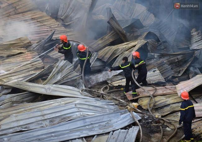 Hà Nội: Cháy lán trại của hàng trăm công nhân tại quận Hoàng Mai, lửa bùng lên dữ dội - Ảnh 14.