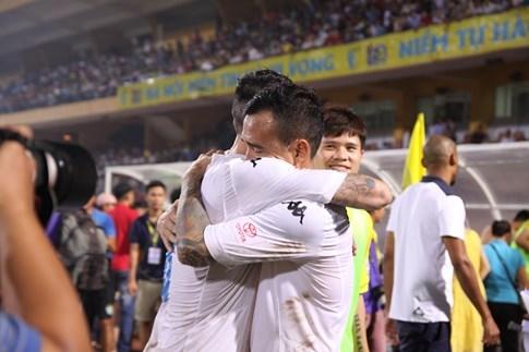 [CHÙM ẢNH] Hà Nội T&T nghẹn ngào cảm xúc đăng quang V-League 2016 - ảnh 3
