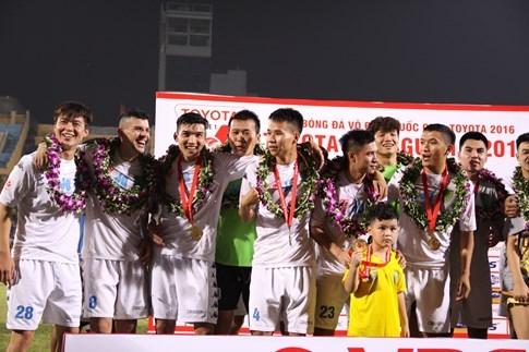 [CHÙM ẢNH] Hà Nội T&T nghẹn ngào cảm xúc đăng quang V-League 2016 - ảnh 13