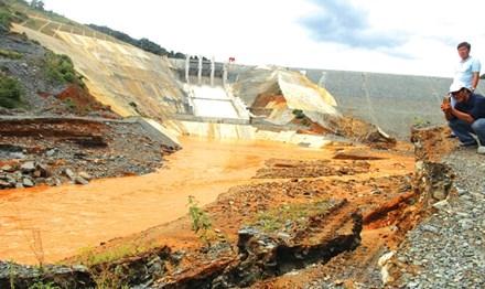 Sự cố vỡ van đường dẫn thủy điện Sông Bung 2 khiến nhiều người lo lắng về chất lượng công trình và độ an toàn khi vận hành. Ảnh: Hoài Văn.