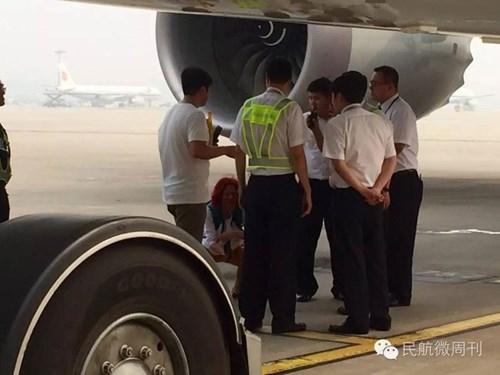 Máy bay trễ giờ vì hành khách đứng chặn giữa đường băng - ảnh 3