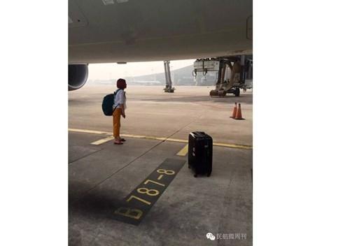 Máy bay trễ giờ vì hành khách đứng chặn giữa đường băng - ảnh 5