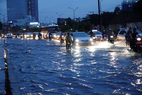 Nước ngập suốt cả đoạn đường Nguyễn Hữu Cảnh (từ cầu Thủ Thiêm đến chân cầu Sài Gòn)