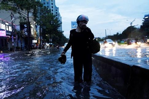 Người dân phải lội nước vì xe chết máy