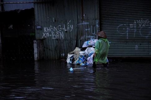 Tại đây nước ngập lên cả vỉa hè, tràn vào nhà dân