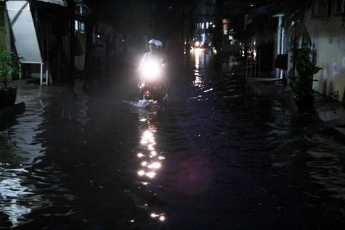 Một số con hẻm trên đường D1 cũng bị ngập kéo dài, đến khoảng 18 giờ cùng ngày nước vẫn còn ngập sâu