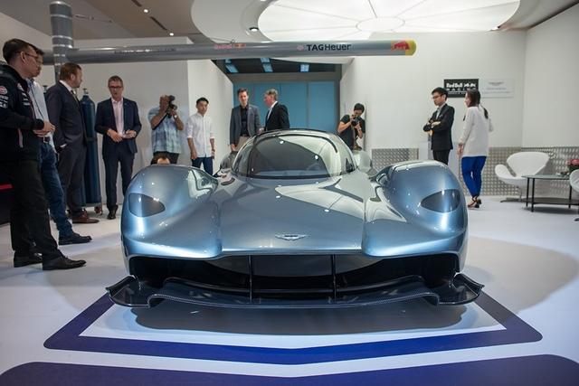 Tương tự Bugatti Chiron, siêu phẩm Aston Martin AM-RB 001 cũng được trưng bày tại đường đua nơi diễn ra chặng Singapore F1 Grand Prix vào cuối tuần này. Tuy nhiên, khác với Bugatti Chiron, Aston Martin AM-RB 001 mới chỉ dừng ở mức xe concept.