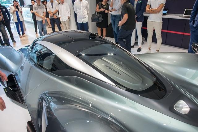 Dự kiến, Aston Martin AM-RB 001 sở hữu trọng lượng chỉ 1.000 kg và công suất động cơ lên đến 1.000 mã lực. Làm như vậy, Aston Martin AM-RB 001 sẽ có tỷ số công suất/trọng lượng là 1:1, xứng đáng được gọi là siêu xe hypercar. Trái tim của Aston Martin AM-RB 001 là khối động cơ V12 hút khí tự nhiên mạnh mẽ và không sử dụng hệ thống tăng áp hay mô-tơ điện hỗ trợ.