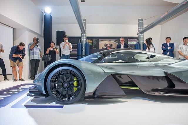 Bí quyết giảm cân của Aston Martin AM-RB 001 nằm ở nhờ hệ thống cửa cánh chim mở bằng cách chạm để cắt giảm tay nắm cửa. Tất nhiên, mẫu hypercar mới của Aston Martin cũng không hề có gương chiếu hậu thông thường, thay vào đó là camera kỹ thuật số được tích hợp vào hốc bánh trước.