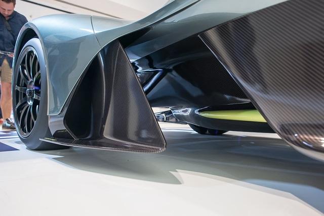 Những chi tiết còn lại của Aston Martin AM-RB 001 đều được làm bằng sợi carbon và sơn theo ý muốn của khách hàng.