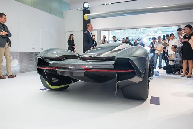 Được biết, Aston Martin AM-RB 001 chỉ cao 1.003 mm, thấp hơn cả Ford GT40.