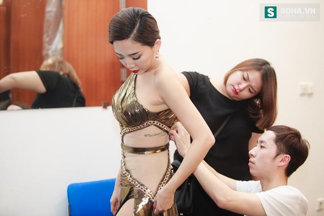 Tóc Tiên gặp sự cố với váy nữ thần táo bạo - Ảnh 2.